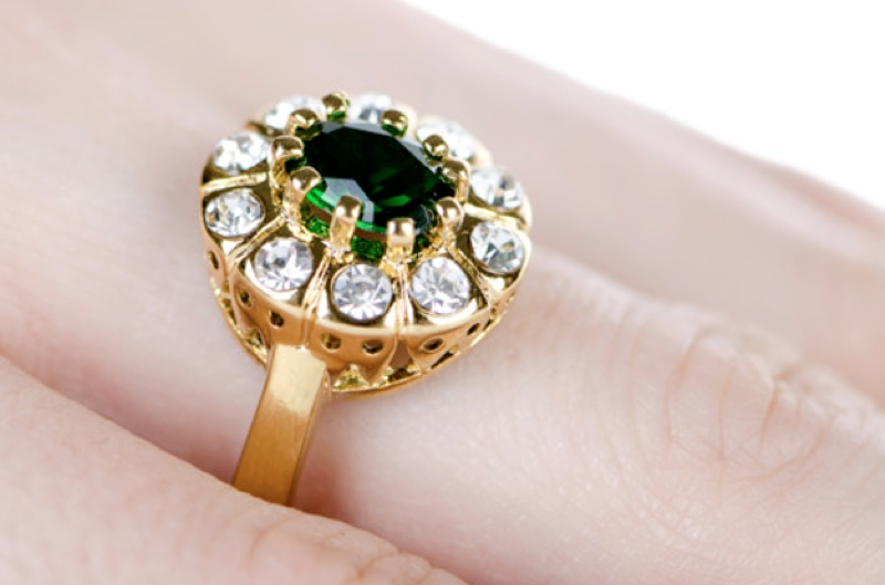 Who can wear emerald and diamond ring together